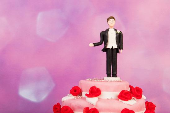 Figurine man alone at the wedding cake